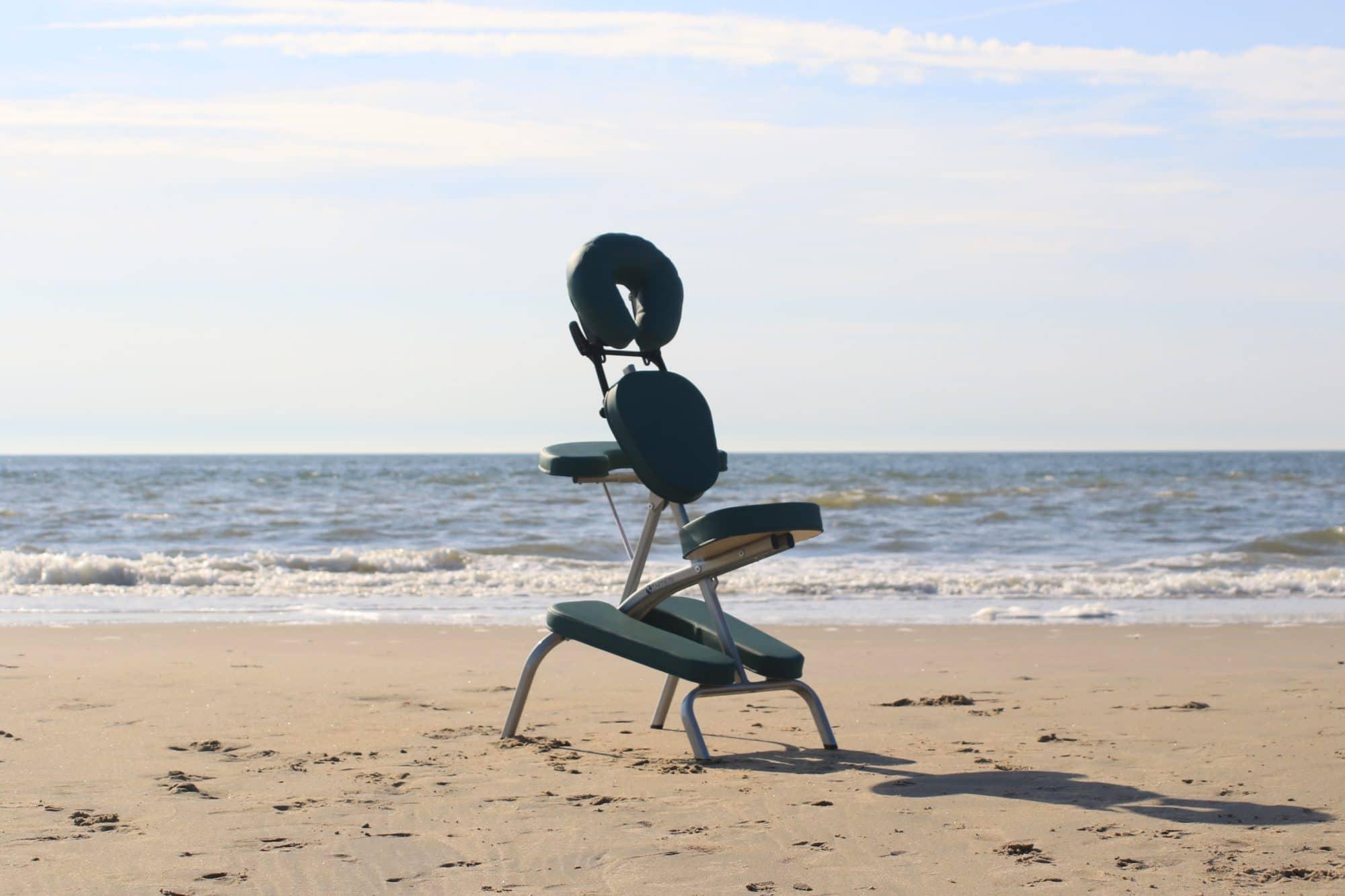 Massagestoel op het strand van Den Haag